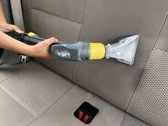 【内装清掃】気持ちよく乗って頂けるように入荷した車両は特殊な清掃機にてシート生地なども含め清掃しています。