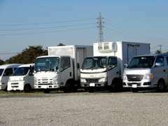 輸出車両、買取車両保管ヤードになります。