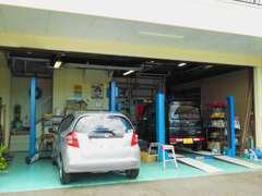 リフトは4基ございます。熟練の整備士があなたのお車を厳しく点検整備いたします。