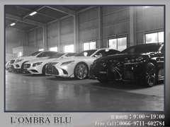 L'OMBRA BLUは屋根付きガレージに展示しております。雨天時でも、ごゆっくりとお車をご覧いただく事が可能です。
