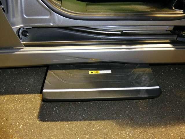 左スライドドアを開くと自動で段差を少なくすることで乗り降りが楽になるオートサイドステップを装備しております。