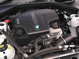 綺麗なエンジンルームです。エンジンは高回転までしっかり吹け上がり、アイドリングも一定となっております。非常に良好です。走行管理システムもチェック済みとなっております!エンジンは直4・2000タ-ボです。