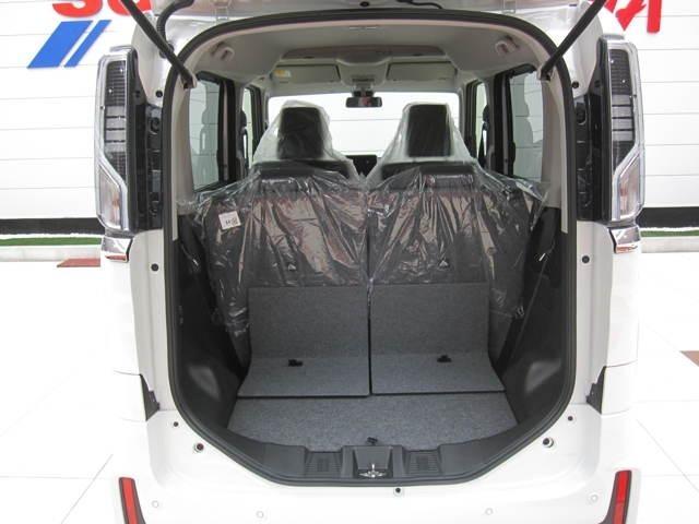 スライド側と荷室側、どちらからもワンタッチで折りたためるリアシートを採用し、軽い力で操作出来、ほぼフラットな荷室が広がります