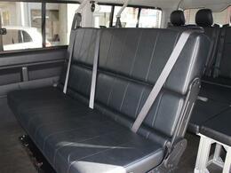 セカンドシートはREVOシート3点式シートベルト付き