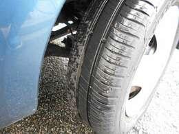 タイヤも溝たっぷりで当分買い替える必要もなさそうで安心ですね(^^)せっかくの5速車なので走り屋風なアルミが欲しいトコロですが※注・私の勝手な妄想です(-_-;)すいません。