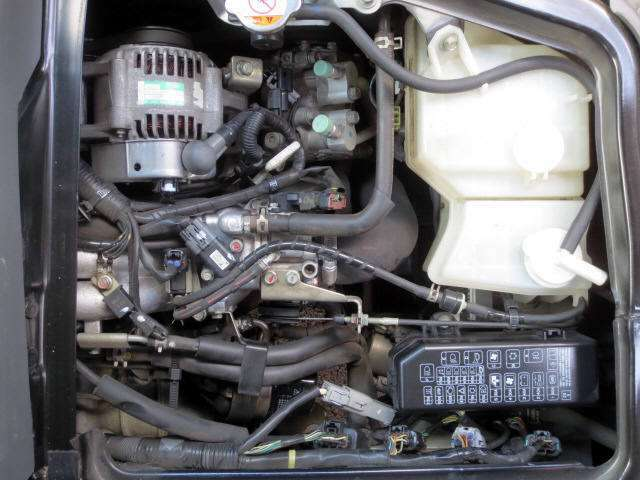 運転席の下側のエンジンルームです。メンテナンスもし易くて良いですね(^o^)v