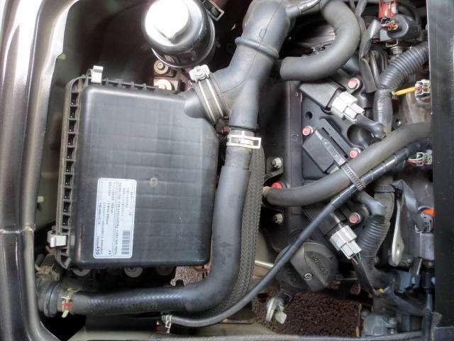 助手席の下側です もちろん綺麗なエンジンです(^o^)v 荷室にあるバッテリー以外のメンテは左右シート下で楽チン整備です(^o^)v