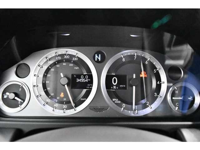 <標準装備>アルミホイール、ディスチャージヘッドライト、ヘッドライトウォッシャー、本革シート、アロイ製メーターパネル、オートエアコン、熱線入リアガラス、バッテリー切断スイッチ、トリップコンピューター