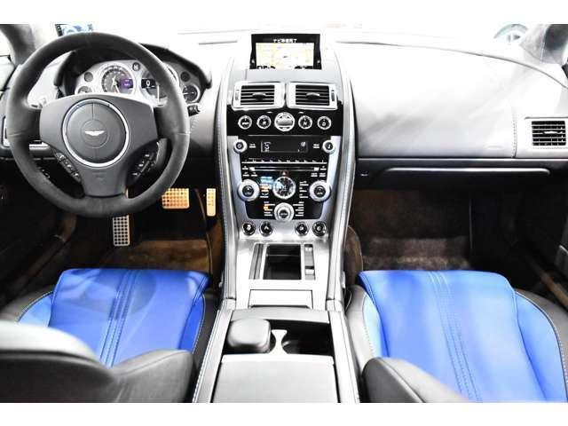 【V8ヴァンテージS専用装備】・7段スポーツシフトII・ステアリングレシオ15:1(標準17:1)・380mmの2ピース鋳鉄ベンチレーテッド・ディスク(F)