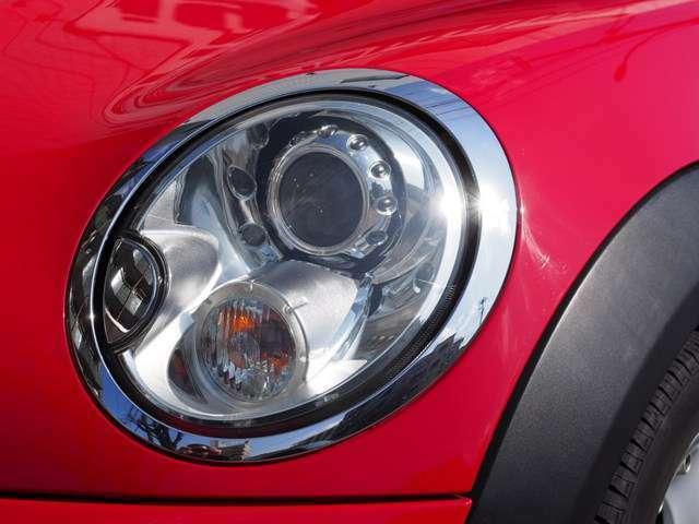 キセノンヘッドライトで夜の運転も視界良好です。明るさの変更なども可能です。また、ご納車前にはヘッドライトも磨かせて頂きます。