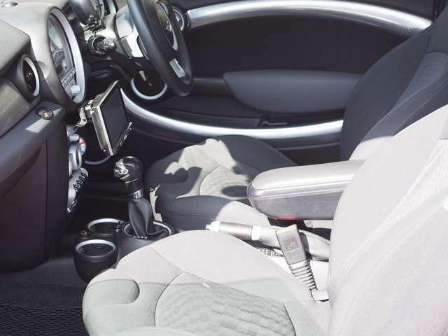 黒をベースにデザインされた車内。シックで運転に集中できるデザインとなってますね。