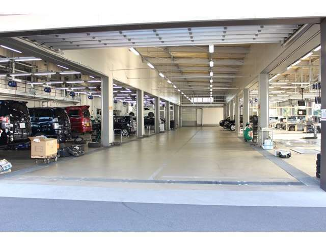 【拠点工場の設備】拠点のガリバー関東商品化センターは、車検・整備はもちろん板金・クリーニング設備までを網羅。大型設備でスポーツカー選びをサポート致します。