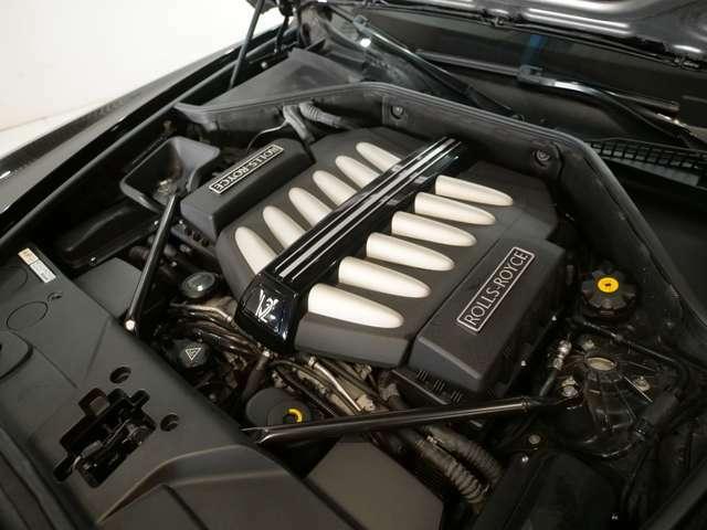 ターボエンジンを採用しており、経済性も高められているロールスロイスとしてデビュー当時に話題となったV12。最大トルクをわずか1500rpmで発生することで街中でのストレスが軽減されています。