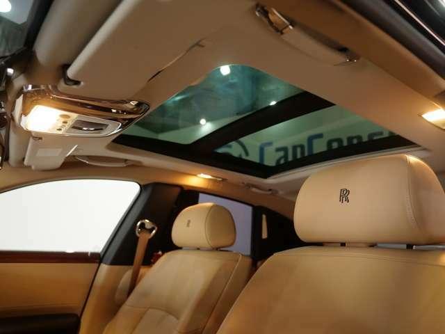 ダブルサンルーフは車内全体を明るくしてくれます。
