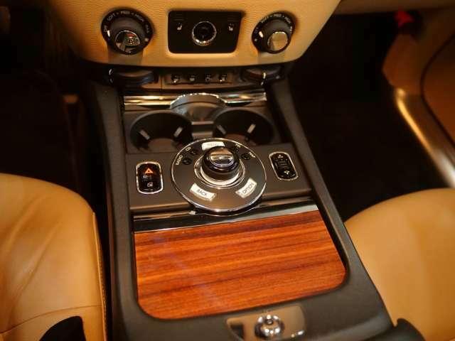 高級感のあるウッドを採用したインテリア。計器類やスイッチ類なども高級なインテリアが採用されており、ロールスロイスに乗っていることを常に実感できる設えです。
