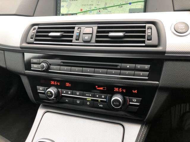 ★2ゾーンオートエアコン装備!運転席と助手席で別々の温度設定が可能となります!男性側はエアコンを強くし、女性側は弱くする等、様々なご使用方法が可能となります!これも高級車ならではの装備の一つですね!★