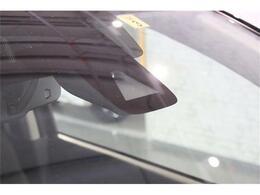 衝突軽減ブレーキが装備されており低速走行中に前方車両に対して衝突の可能性がある場合に作動、自動的に停止または減速することにより衝突回避や衝突被害の軽減を図ります。