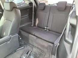 3列目のシートのお写真です。シートを倒すことで収納スペースにもなります♪