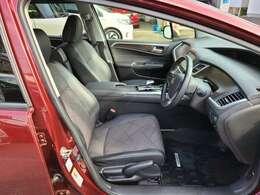 フロントシートのお写真です。ゆったりと座れるシートになっており長時間の運転も疲れにくくなっております♪スポーツペダルも装着済み
