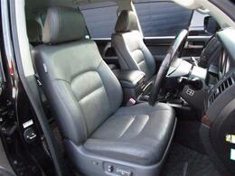 人間工学に基づき設計されたシートは、長距離の運転でも疲労が溜まりにくい構造となっております☆グレーの本革パワーシートも装備☆高級感が漂います!