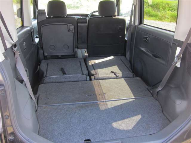 後部座席を倒せば、さらにたくさんの荷物を積むことができます!