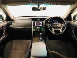 視野が広く運転しやすいように設計されています!またデュアルフルオートエアコンで車内快適です☆シートは体を包み込むような形状で長時間の運転をサポートするホールド感のあるフロントシートです★