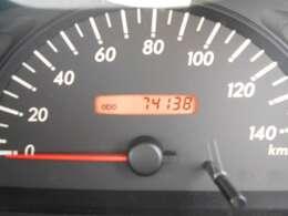 走行距離74000km。走行距離も1桁台ですので、まだまだ長くお乗り頂けるお車となっております。