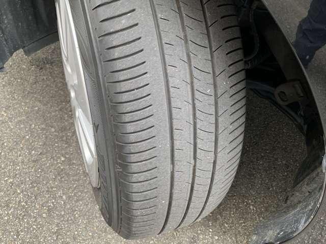 タイヤの残り溝は約半分弱です。