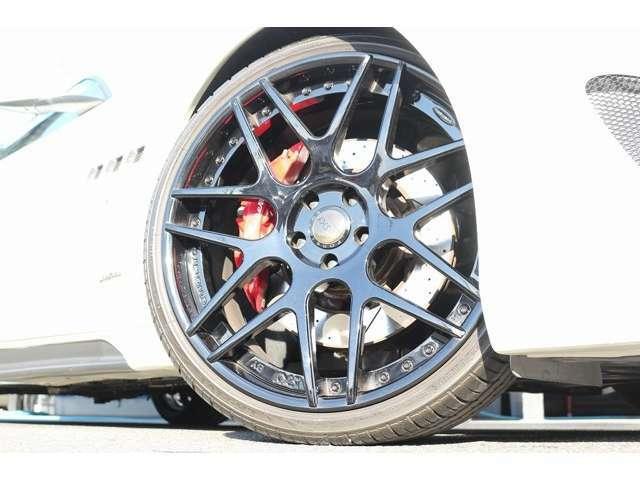 ホイールは、自社ブランドの【SKY FORGED】 S202 になります! タイヤサイズは、Fr255/30R21 Rr315/25R22 になります!