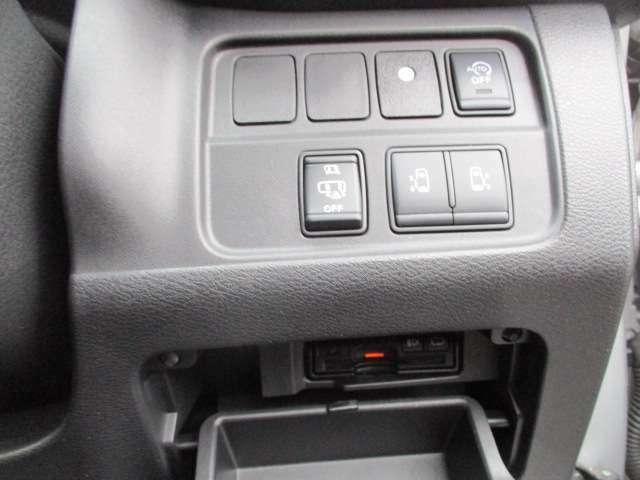 左右どちらからでも乗り降りO,K更に車内からは運転席の開閉スイッチで車外からはドアハンドル操作やインテリキーについている開閉ボタンでも開閉◎挟み込み防止機能で更に安心です(^^)/