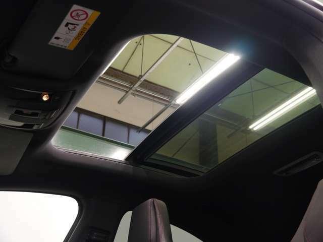 オプション装備のパノラミックガラススライディングルーフを搭載しております!サンルーフよりも多くの光を取り込み開放的な室内空間を演出!スライディング、チルトアップの2WAYでご利用頂けます!!