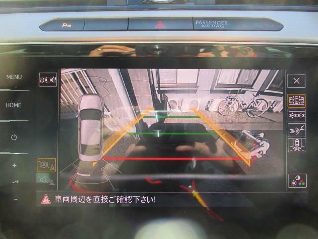 【パークセンサー付エンブレム内蔵バックカメラ】(パサートシリーズエレガンスラインセットオプション)リバースシフトに連動しナビゲーション画面上で切り替わります。