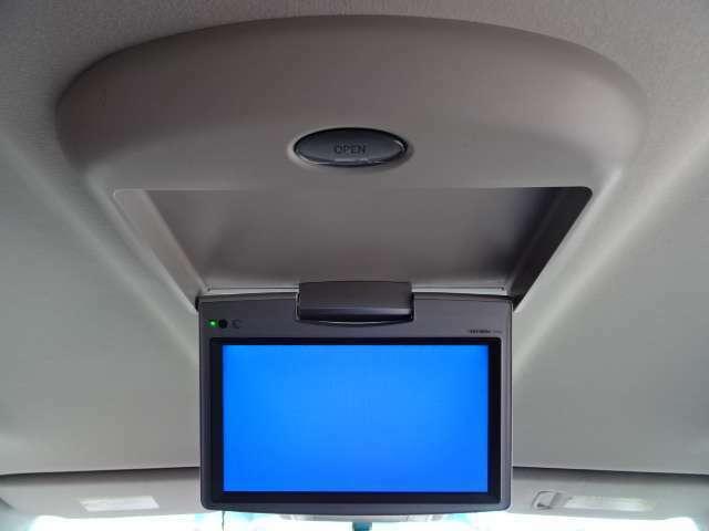 ミニバンの人気装備の一つ「フリップダウンモニター」を装備。