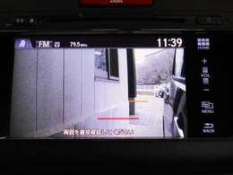 ウインカー(左方向)に連動して助手席側ドアミラーに装着したカメラが作動。車線変更や合流、左折時に見えにくい助手席側後方の状況をナビ画面に表示し、確認できます。