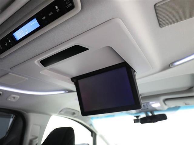後部座席から見やすい、天井取付タイプの後席モニターを装備しています。