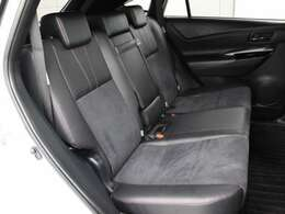 ウルトラスエード+合成皮革のシート(ブラック×レッド)が採用されています。前後席間の間隔延長と前席シートバック形状の工夫で、ゆったりとくつろげる後席空間を確保しています。