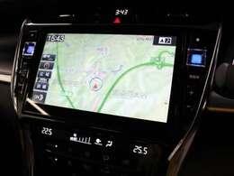 安全性を考慮し、視線移動の少ない位置にセットされたアルパインの10インチメモリーナビ!CD、DVDビデオ、フルセグTVに対応でUSB/HDMI端子も備えられています。