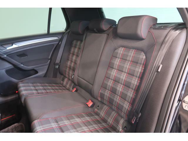 伝統の赤チェック柄シートとホールド性の高いスポーツシートはGTIの証です。コックピットに深く腰掛け、走る歓びをご堪能ください。