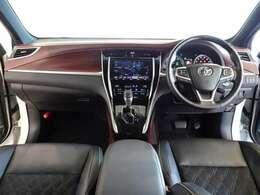 ウッド調と革巻きのステアリングで、快適な操作性の運転席です。落ち着いたデザインでリラックスできます。