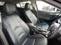 レザーシートを装備しており高級感のあるインテリアですっ! 運転席、助手席ともにパワーシートも装備しており乗車される方にピッタリのシートポジションをらくらく設定していただけますっ!