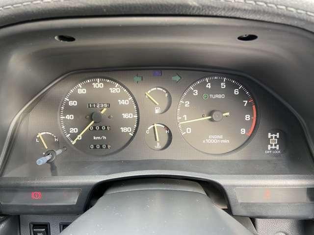 メーターデザインこそシンプルですが、燃料計や水温計がセンターにあるので見やすく安心です!