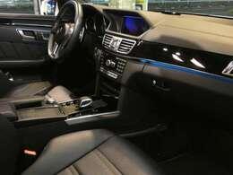 ブラックを基調とした車内にブラックアッシュウッドインテリアトリムを採用!メルセデスベンツ特有の高級感を存分に堪能して頂けるインテリアになります!車内を彩るアンビエントライトも魅力です!