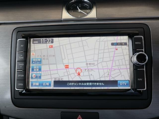 クラリオン製純正ナビゲーションシステム『712SDCW』。iPhoneを接続することでニュースや天気予報、SNS情報を閲覧できるiPhone連携などのエンタテイメント機能も備わっております。