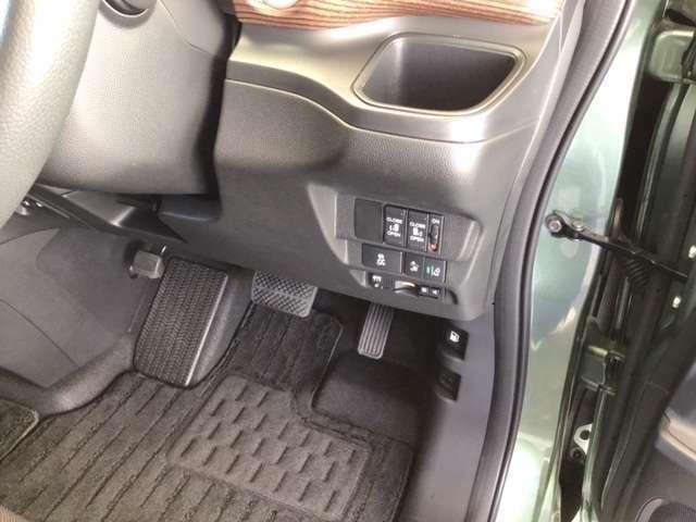 横滑りを防止するVSA等のスイッチは運転席の右側、手の届きやすい位置にあります。