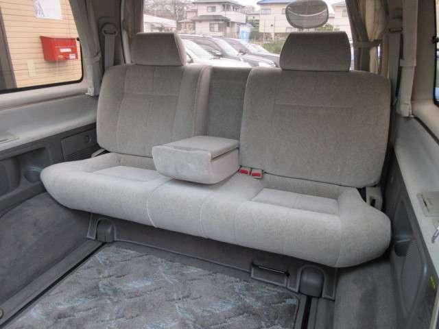 足元も広々としている3列目シート♪汚れがちなフロアマットも使用感が少なくキレイな状態で清潔感の有る車内になっております♪