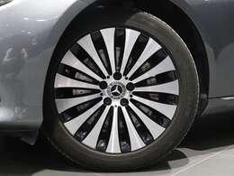 【純正アルミホイールを装着】18インチ マルチスポークアルミホイールを装着。ブレーキキャリパーにはMercedes-Benzのロゴ入り!