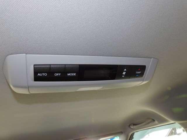 後席エアコンも快適なオートエアコンです。(メーカーオプション設定 トリプルゾーンコントロールフルオートエアコン)
