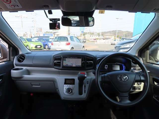シンプルながら、機能性溢れる運転席廻りです、視界性も良く運転しやすいですよ。