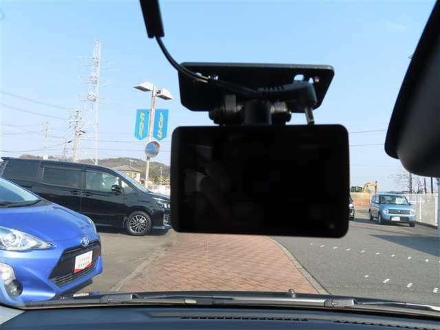 今流行りのドライブレコーダー装備されております。万が一、事故された時に、当時の状況が動画にて確認できる代物です。