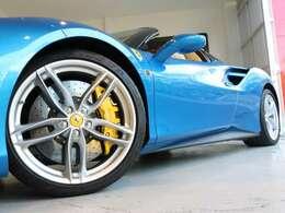 20インチのクロムペイント鍛造ホイールと黄色のキャリパーが青いボディによく映えます。